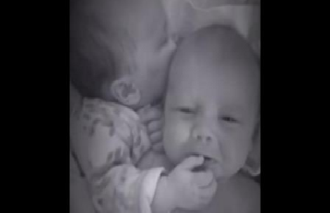 Elle entend l'un de ses jumeaux pleurer dans son berceau : Ce qu'elle voit sur la caméra de surveillance est trop mignon !