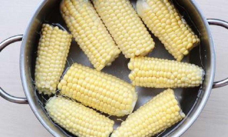 Comment faire cuire le maïs de manière savoureuse grâce à deux simples ingrédients !