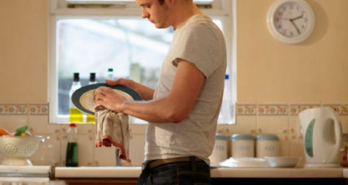Plus un homme aide à la maison, plus il risque le divorce ! Voici pourquoi