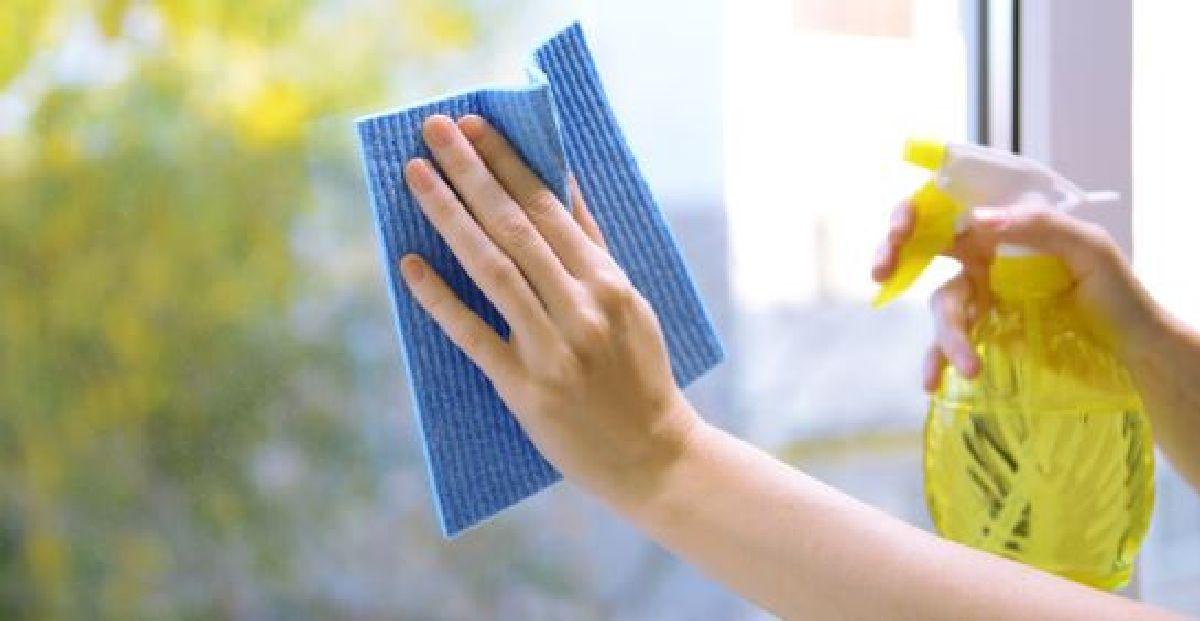 un nettoyant pour vitres fait maison et qui ne laisse pas de trace. Black Bedroom Furniture Sets. Home Design Ideas