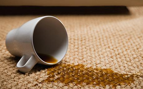 Des taches sur le tapis? Pas de soucis ! Voici 7 façons de les nettoyer!